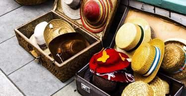 Il cappello sulla valigia