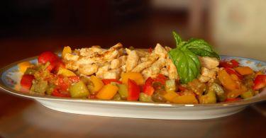 Petto di pollo con caponatina di verdure