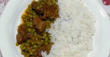 Spezzatino di vitello e piselli con riso.