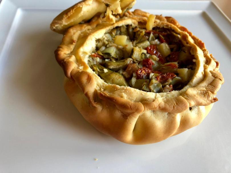 Panada sarda con ripieno di carciofi, cipolla, pomodori secchi