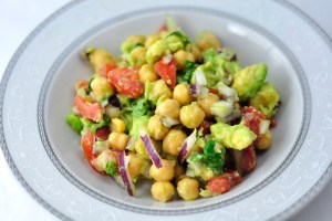 CHICKPEA SALAD WITH TOMATO, AVOCADO AND ONION IN 5 MINS