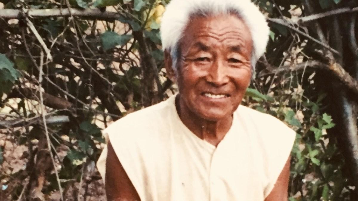 Tibetaanse oude man langs de weg (2)