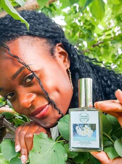 Tina avec l'eau de parfum Naturelle Couronne de Tiaré Polynésie 50ml