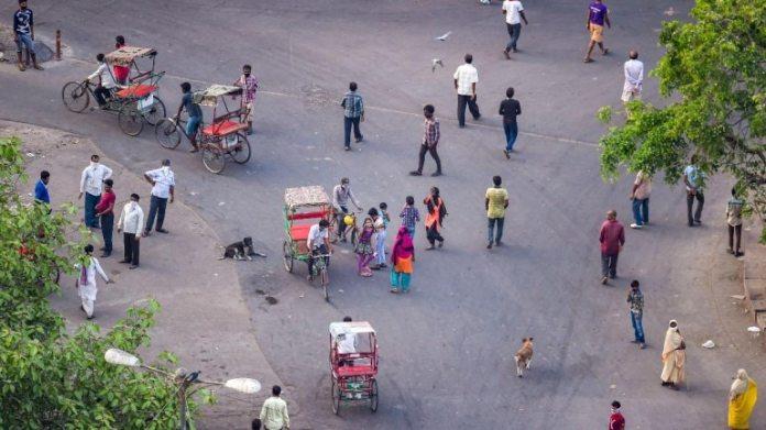 25 अप्रैल को दिल्ली में सड़कों पर उतरे लोग