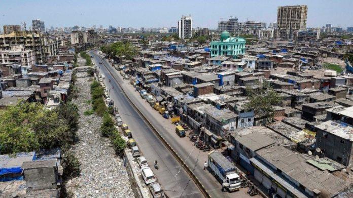 मुंबई में धारावी के पास वीरान सड़कों का एक दृश्य गुरुवार को तालाबंदी के दौरान। (फोटो: पीटीआई)