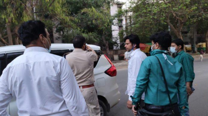 AAP विधायक प्रकाश जारवाल को हिरासत में लेती दिल्ली पुलिस
