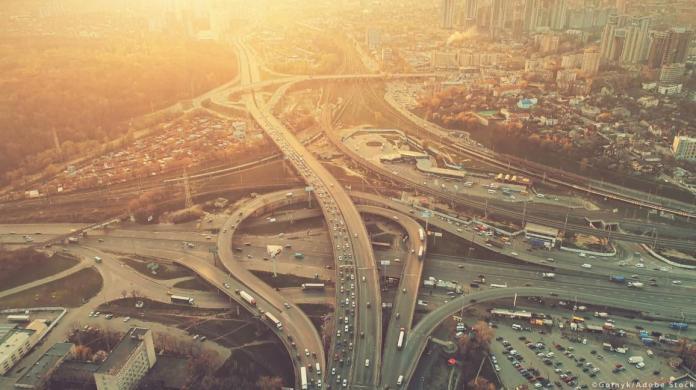 कीव, यूक्रेन के एक फ्रीवे व्यस्त व्यस्त घंटे भारी यातायात जाम राजमार्ग का हवाई दृश्य। © Goinyk / AdobeStock