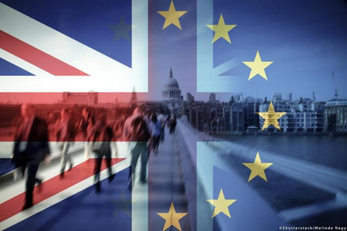 ब्रेक्सिट अवधारणा छवि: ब्रिटेन और यूरोपीय संघ के झंडे लंदन की एक तस्वीर पर संयुक्त