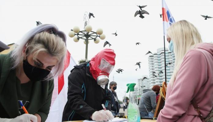 कार्यकर्ता 2020 के बेलारूसी राष्ट्रपति चुनाव में निकोलाई कोज़लोव की उम्मीदवारी के समर्थन में नागरिकों के हस्ताक्षर एकत्र करते हैं। गेटी इमेज के माध्यम से नतालिया फेडोसेन्को  TASS द्वारा फोटो।