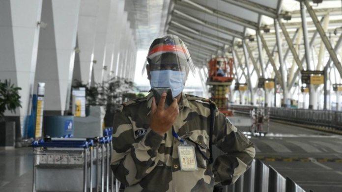 [REPRESENTATIVE IMAGE]  आईजीआई में सुरक्षा अधिकारी मोबाइल फोन पर बात करते हुए