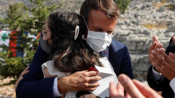 फ्रांस के राष्ट्रपति इमैनुएल मैक्रॉन ने जाज, लेबनान में (1 सितंबर 2020) एक देवदार का पेड़ लगाने के बाद बेरुत विस्फोट का शिकार किया