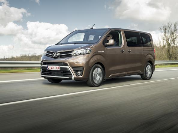 8-9 यात्रियों के लिए वर्सो संस्करण में इलेक्ट्रिक टोयोटा प्रोस