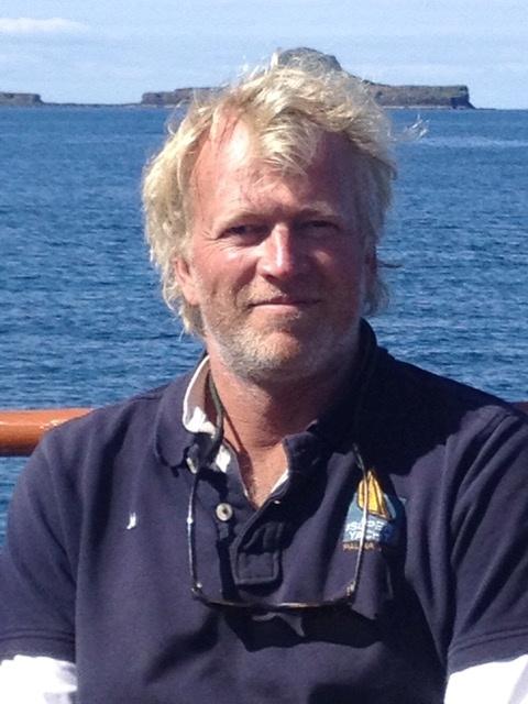 डच नाव के कप्तान अर्न्स्ट-जान डी ग्रोट, जुलाई 2015 में ली गई इस हैंडआउट तस्वीर में बेक मोर के स्कॉटिश द्वीप से कुछ मील पूर्व में एक तस्वीर के लिए तैयार हैं, जिसे डचमैन कैप भी कहा जाता है। रॉयटर्स के माध्यम से हैंडआउट