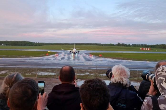 एक रयानएयर विमान, जो बेलारूसी विपक्षी ब्लॉगर और कार्यकर्ता रोमन प्रोटासेविच को ले जा रहा था और बेलारूस की ओर मोड़ दिया गया, जहां अधिकारियों ने उसे हिरासत में लिया, विलनियस, लिथुआनिया में 23 मई, 2021 को विलनियस हवाई अड्डे पर उतरा। REUTERS/Andrius Sytas