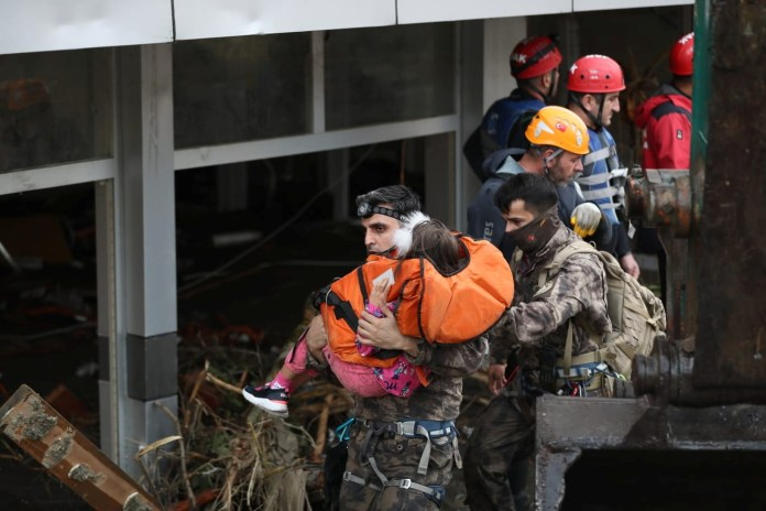 खोज और बचाव दल के सदस्यों ने अचानक बाढ़ के दौरान एक लड़की को निकाला, जो तुर्की के काला सागर क्षेत्र के कस्बों में, कस्तमोनू प्रांत, तुर्की के एक शहर, बोज़कर्ट में, 12 अगस्त, 2021 को बह गई थी। चित्र 12 अगस्त, 2021 को लिया गया। ओंडर गोडेज़ / मंत्रालय आंतरिक आपदा और आपातकालीन प्रबंधन प्राधिकरण (AFAD) के प्रेस कार्यालय / REUTERS के माध्यम से हैंडआउट