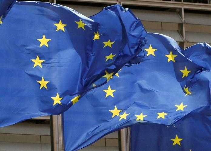 5 मई, 2021 को ब्रुसेल्स, बेल्जियम में EU आयोग मुख्यालय के बाहर यूरोपीय संघ के झंडे फहराए गए। REUTERS/Yves Herman