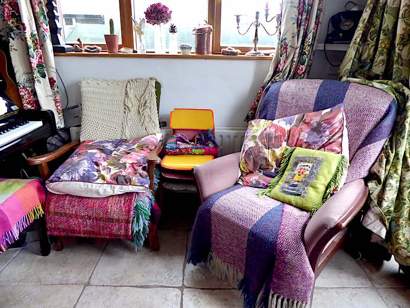 comfortable chairs with rugs