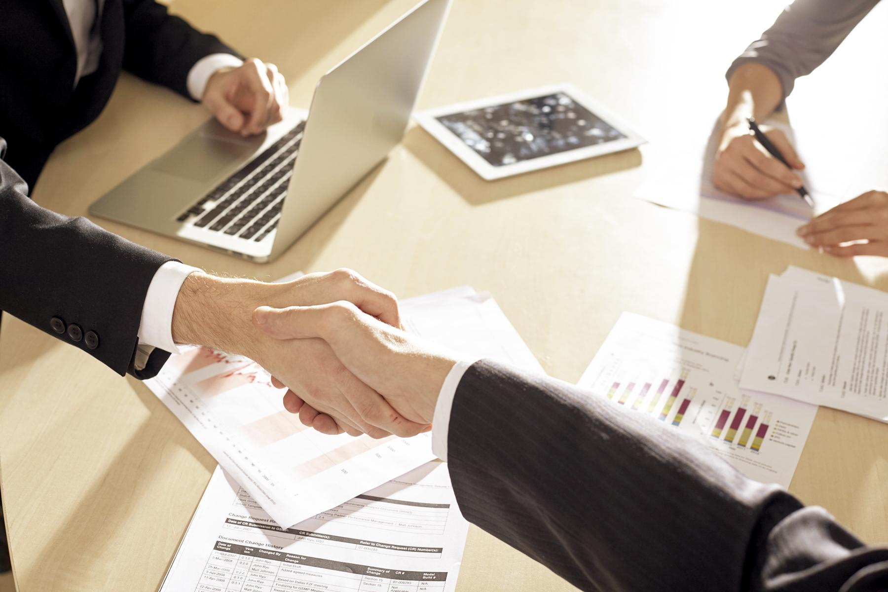 商談が成立したビジネスシーンのイメージ写真