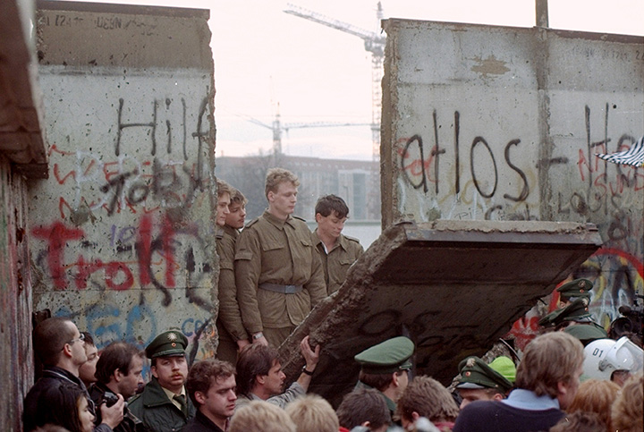 https://i2.wp.com/www.ap.org/explore/berlin-wall/img/AP8911110842.jpg