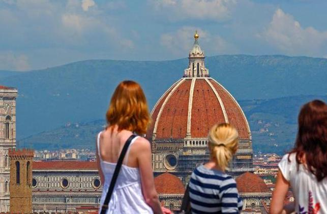 Turisti a Firenze, sullo sfondo la cupola di Santa Maria del Fiore