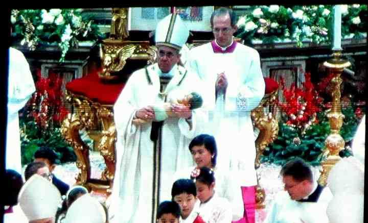 papa Francesco e Gesu bambino