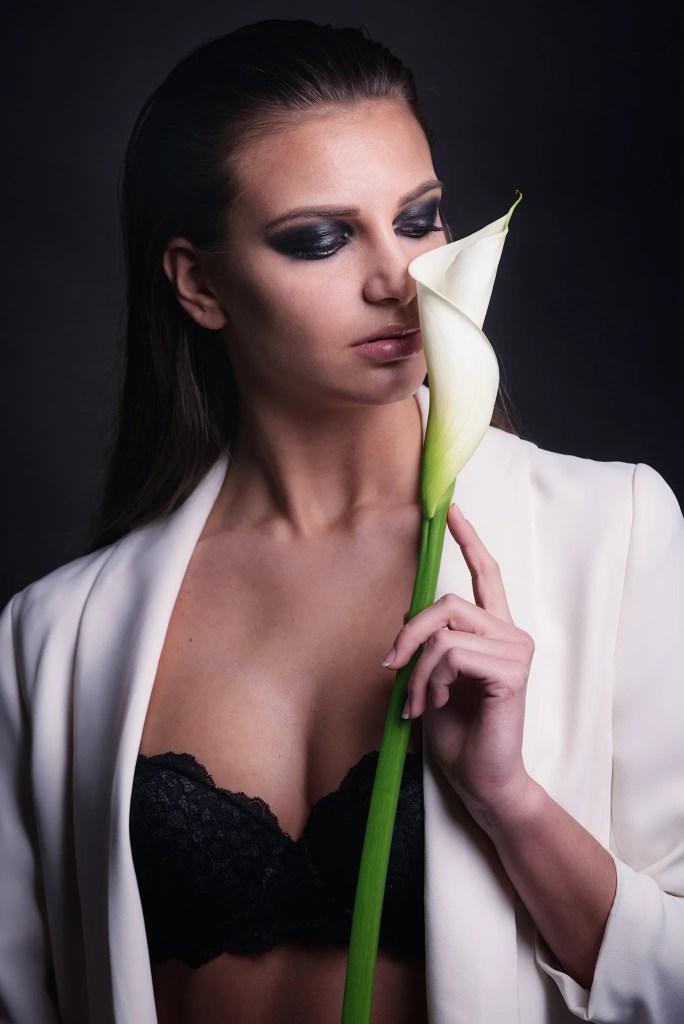 scatto fashion in studio con completo bianco e fiore