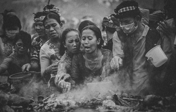 Apel Photography - Street Photography - Journalist Photographers - Bali Masive Cremationan Ceremony - Ngaben di Nusa Penida - Bali Monochrome Photographers (50)