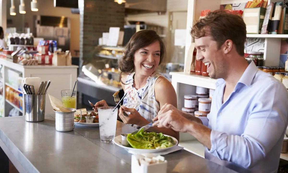 https://i2.wp.com/www.apetitoenlinea.com/wp-content/uploads/2019/03/couple-enjoying-lunch-date-in-delicatessen-PHSWE5V-e1552968073241.jpg?resize=1200%2C720&ssl=1