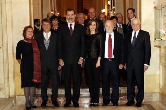 SSMM los Reyes posan con Claudio Magris, su esposa Jole Zanetti y el Presidente del BBVA, Francisco González