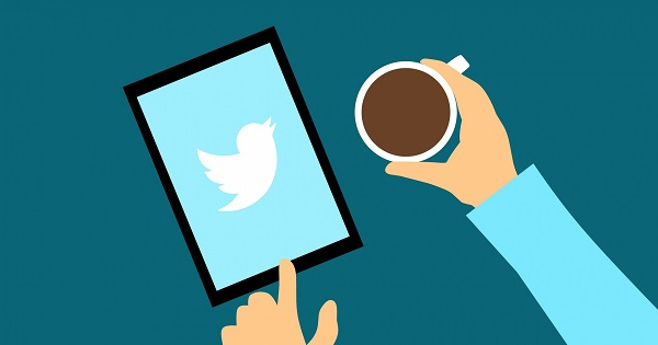 Twitter user accessing the Twitter app