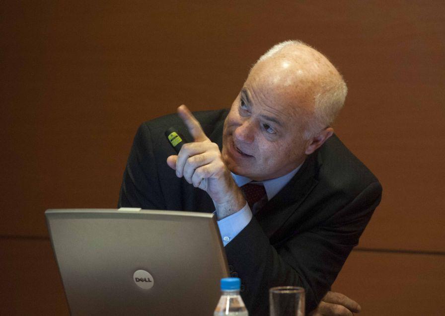 El profesor de economía Jose Manuel Campa en un momento de su intervención en el curso de economía organizado por la APIE y el Banco Popular.