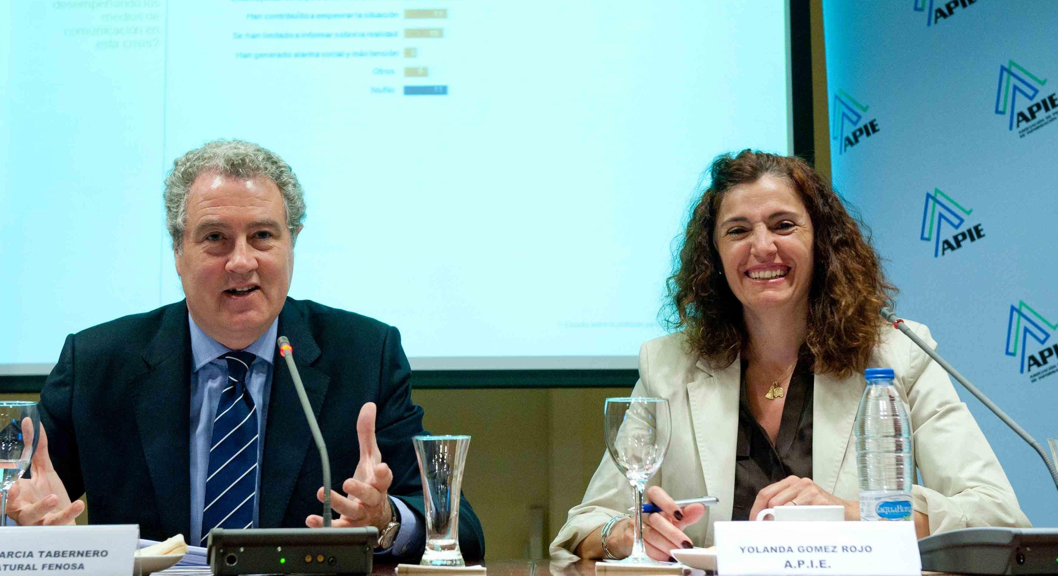 Jordi García Tabernero, director de Comunicación de Gas Natural Fenosa, junto a Yolanda Gómez Rojo, Vicepresidenta de APIE, durante la presentación del Informe de Gas Natural Fenosa sobre periodismo.