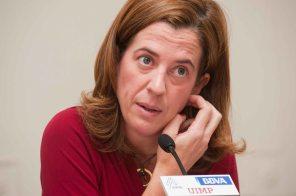Alejandra Kindelan, Jefa de Estudios del Banco Santander, durante su intervención en el Curso de Verano organizado por la APIE en la UIMP.