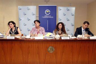 Los participantes en la presentación del Informe sobre la Mediana Empresa atienden a las preguntas de los medios.