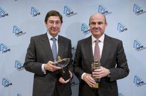 Jose Ignacio Goirigolzarri, Presidente de Bankia, y Luis de Guindos, Ministro de Economía y Competitividad, ganadores, respectivamente, del Premio Secante y Tintero otorgado por la APIE en 2012.