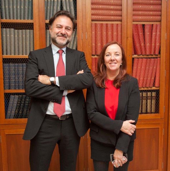 Mario Alonso Ayala, presidente del Instituto de Censores Jurados de España, junto a Amparo Estrada, de la Junta Directiva de APIE, antes de su intervención en el acto sobre el papel de los auditores y la nueva Ley.