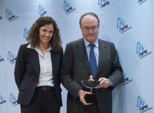 Yolanda Gómez Rojo, Vicepresidenta de la APIE, entrega su premio Secante al Gobernador del Banco de España, Luis María Linde.