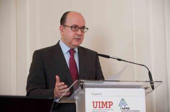 Jose María Roldán, presidente de la Asociación Española de Banca, durante su intervención en el Curso de Verano de la APIE, en la UIMP.