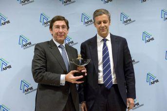Jose Ignacio Goirigolzarri, presidente de Bankia, recibe su Premio Secante de manos de Íñigo de Barrón, de la Junta Directiva de la APIE.