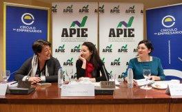 De izquierda a derecha, Elena Pisonero, Directora del Proyecto Top 50 de la Empresa Mediana Española, Fiona Maharg Bravo, de la Junta Directiva de APIE, y Yolanda Fernández, Directora Técnica, durante la presentación del Informe.