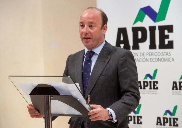 Juan Manuel Cendoya, Director de Comunicación del Santander, agradece en nombre de Javier Marín el primer accesit de Tintero entregado en los premios de la APIE Tintero y Secante 2014.