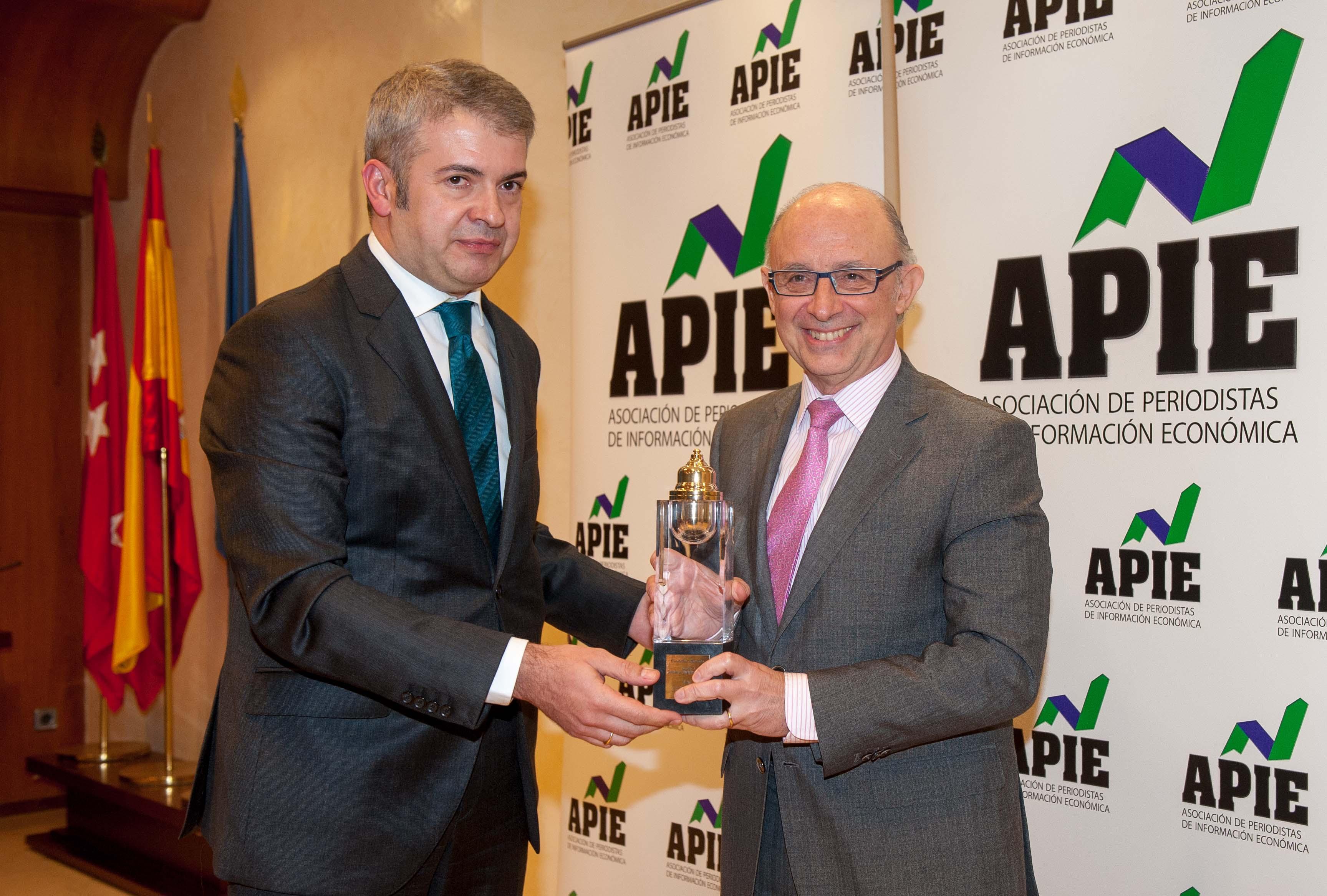 Javier García de la Vega, presidente de APIE, hace entrega del Premio Tintero 2014 al Ministro de Hacienda, Cristóbal Montoro.