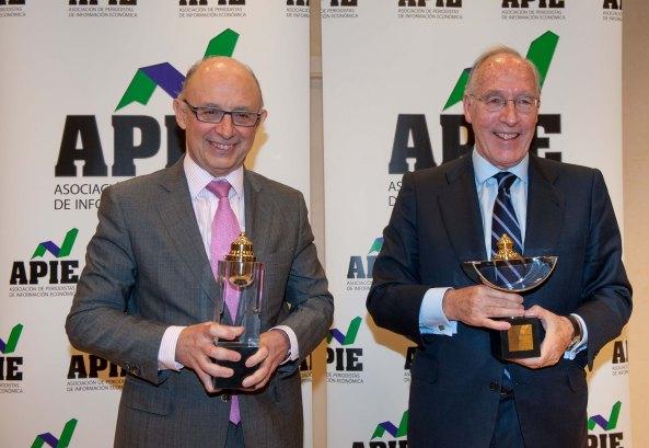Cristóbal Montoro y Manuel Pizarro, Tintero y Secante respectivamente, posan con sus premios al finalizar la ceremonia de entrega organizada por la APIE.