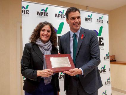 Yolanda Gómez Rojo, Vicepresidenta de la APIE, hace entrega de su placa de Socio de Honor a Pedro Sánchez, Secretario General del PSOE.