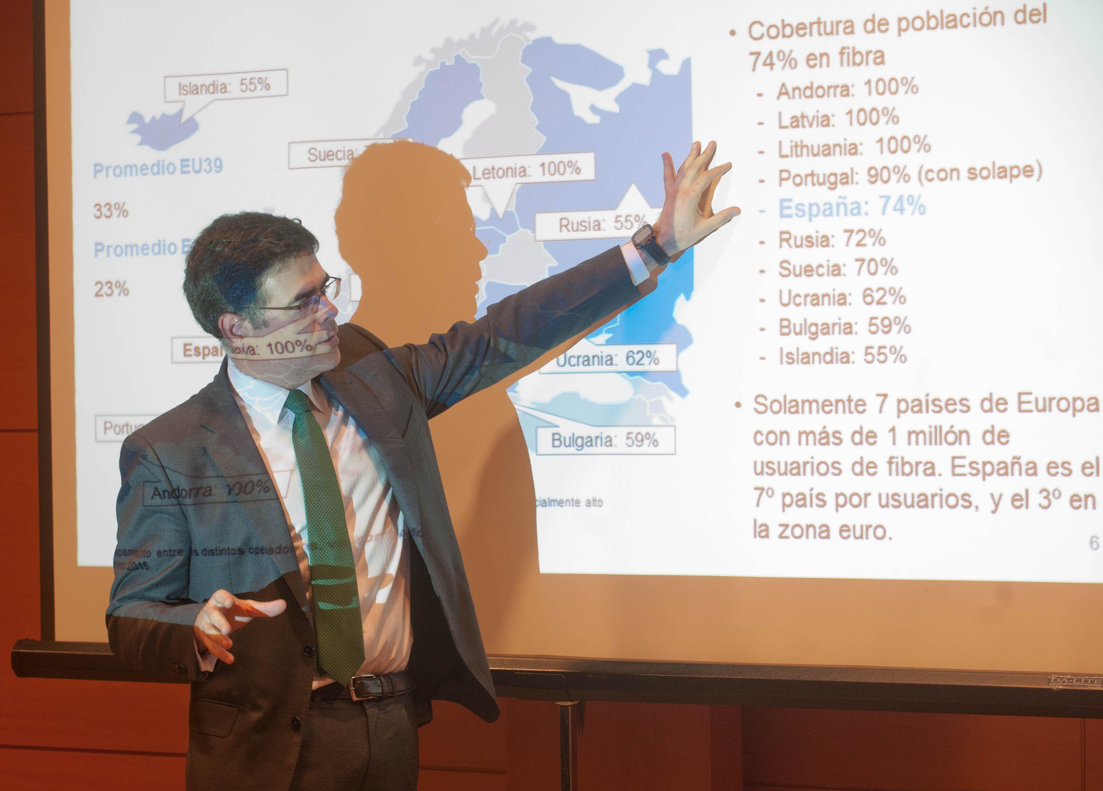 Augusto Baena, socio de Comunicaciones, Medios y Tecnología de Oliver Wyman, en un momento de su intervención en la I Jornada del Curso de Economía para Periodistas.