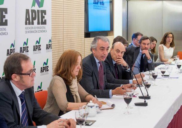 Miguel Ferre, Secretario de Estado de Hacienda, flanqueado por los demás participantes en la Tercera Jornada del Curso de Periodismo de la APIE.