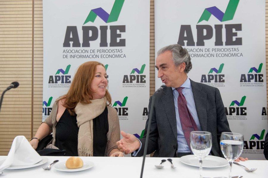 Miguel Ferre junto a Amparo Estrada, de la Junta Directiva de la APIE, durante el almuerzo de prensa que cerró la Tercera Jornada del Curso de Periodismo.