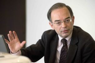 Antonio González, Consejero del CES, durante su ponencia en la I Jornada del Curso de Economía de APIE.