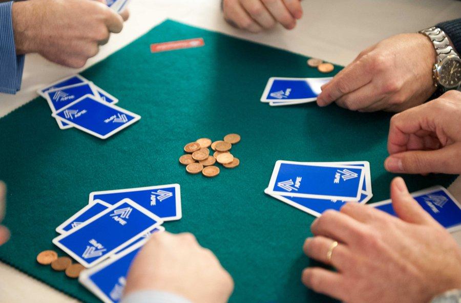 Las cartas sobre la mesa.