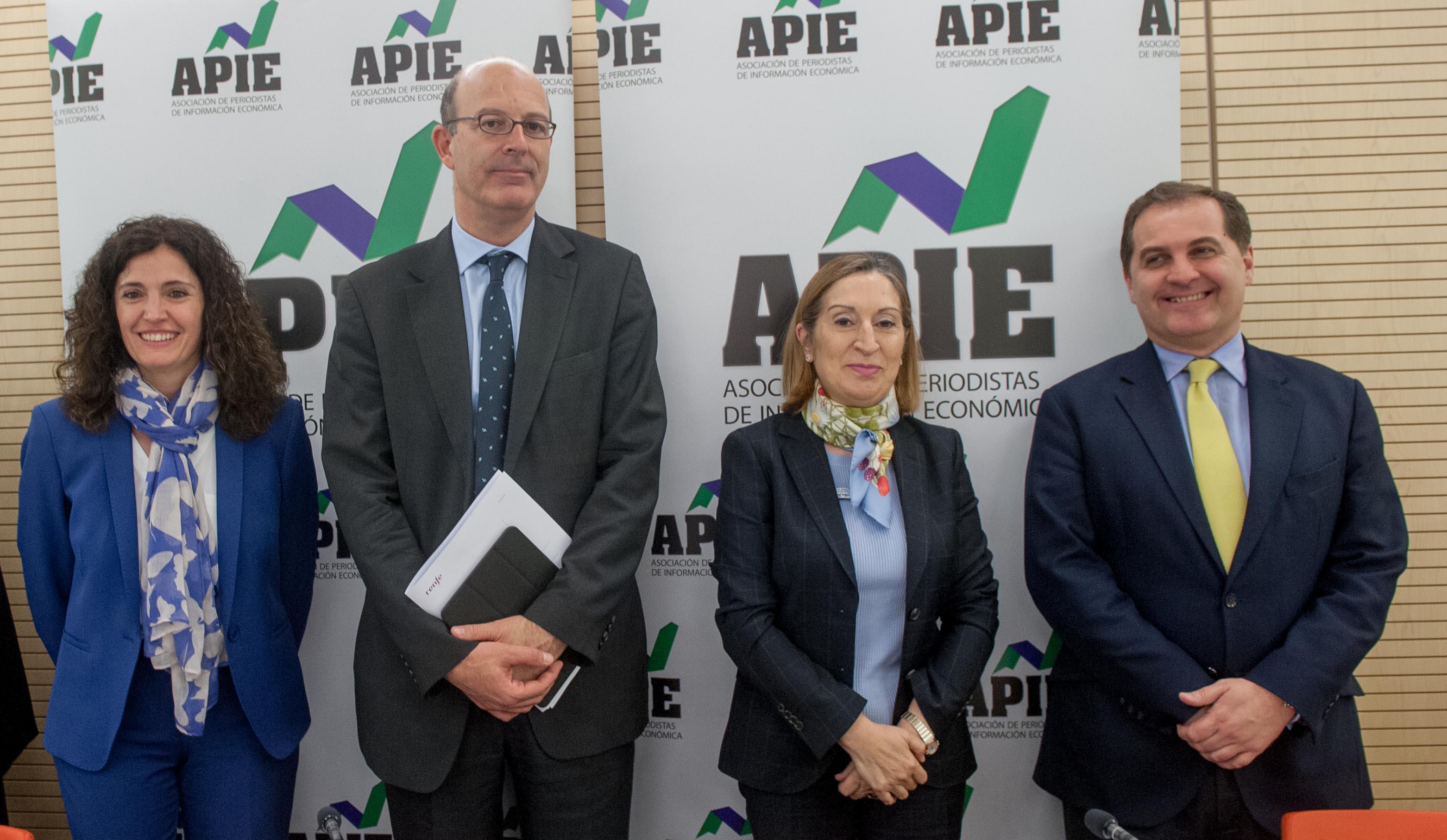 De izquierda a derecha, Yolanda Gómez Rojo, vicepresidenta de APIE, Pablo Vázquez, presidente de RENFE, Ana Pastor, Ministra de Fomento, y José Manuel Vargas, presidente de AENA.
